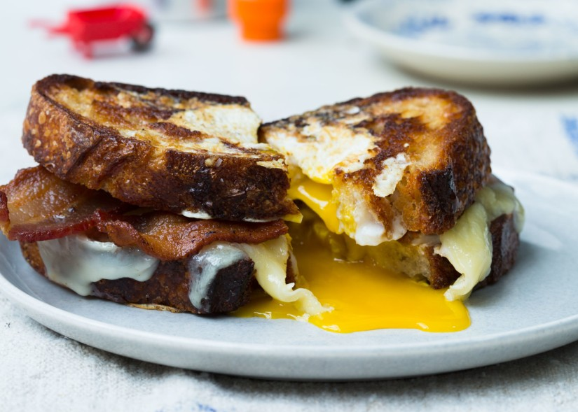 egg-in-a-hole-sandwich-with-bacon-and-cheddar-1400x1000