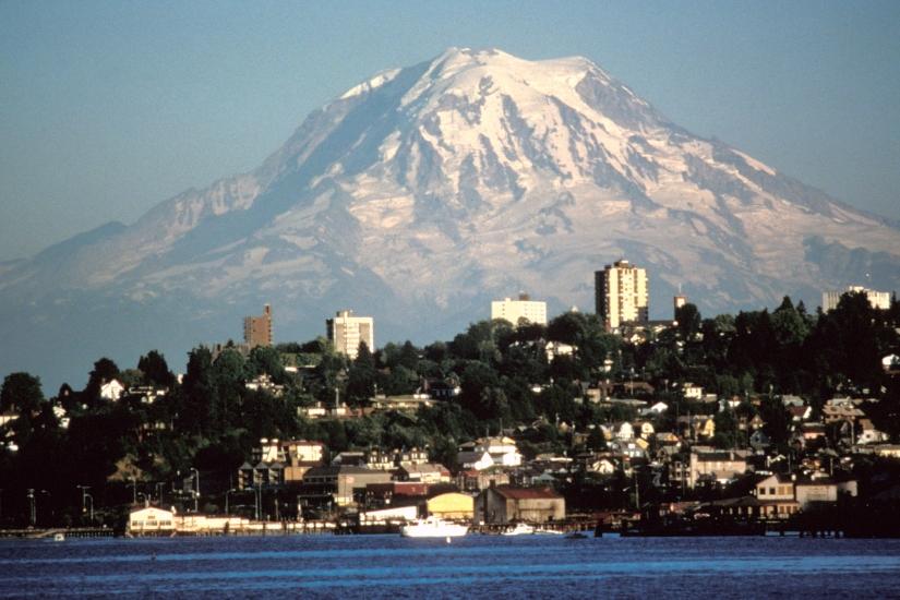 Mount_Rainier_over_Tacoma.jpg